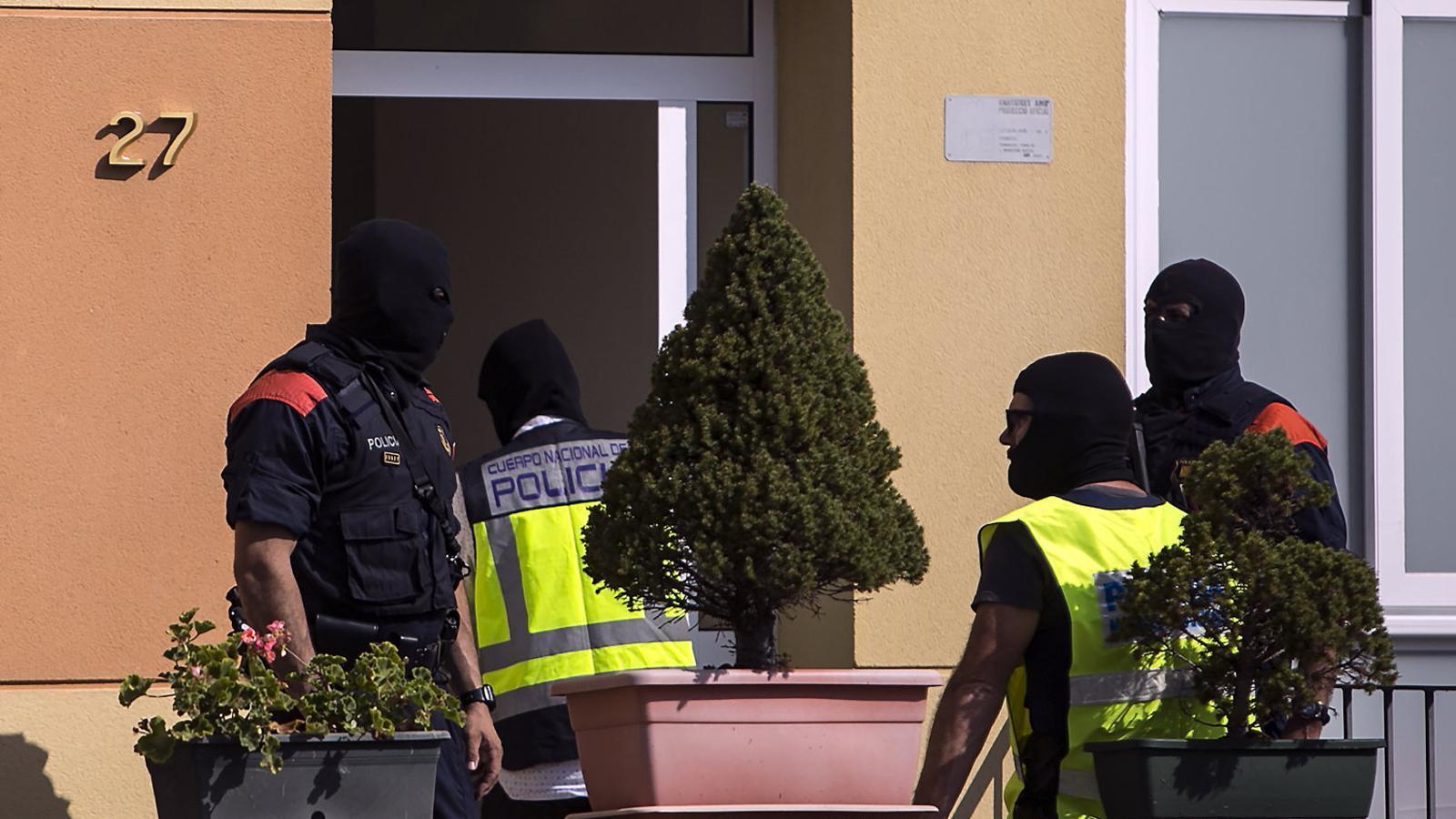 Un dels escorcolls fets a un pis de Ripoll on vivien integrants de la cèl·lula terrorista.