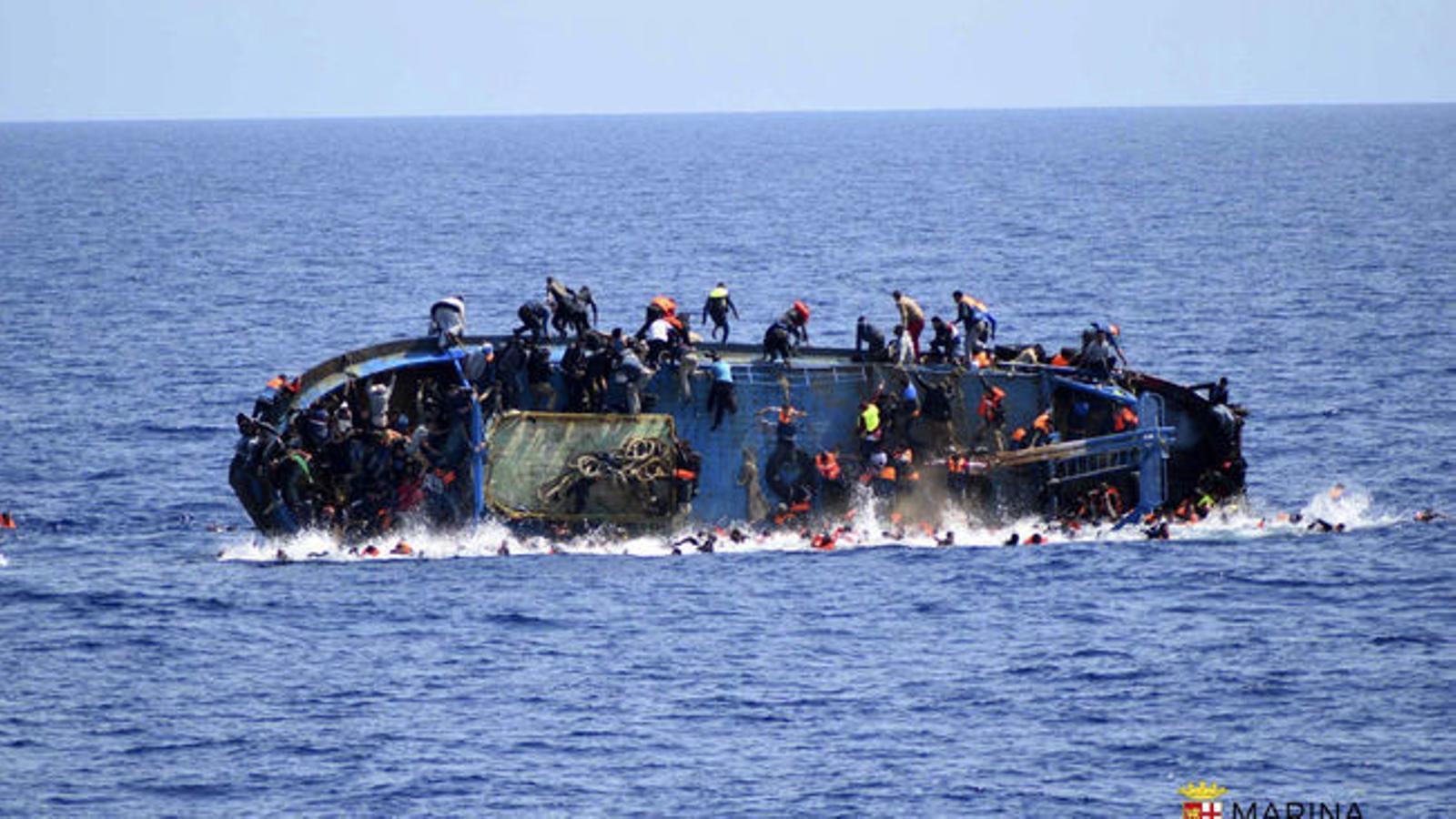 Imatges del rescat per part de la Marina Italiana de la pastera naufragada a Líbia