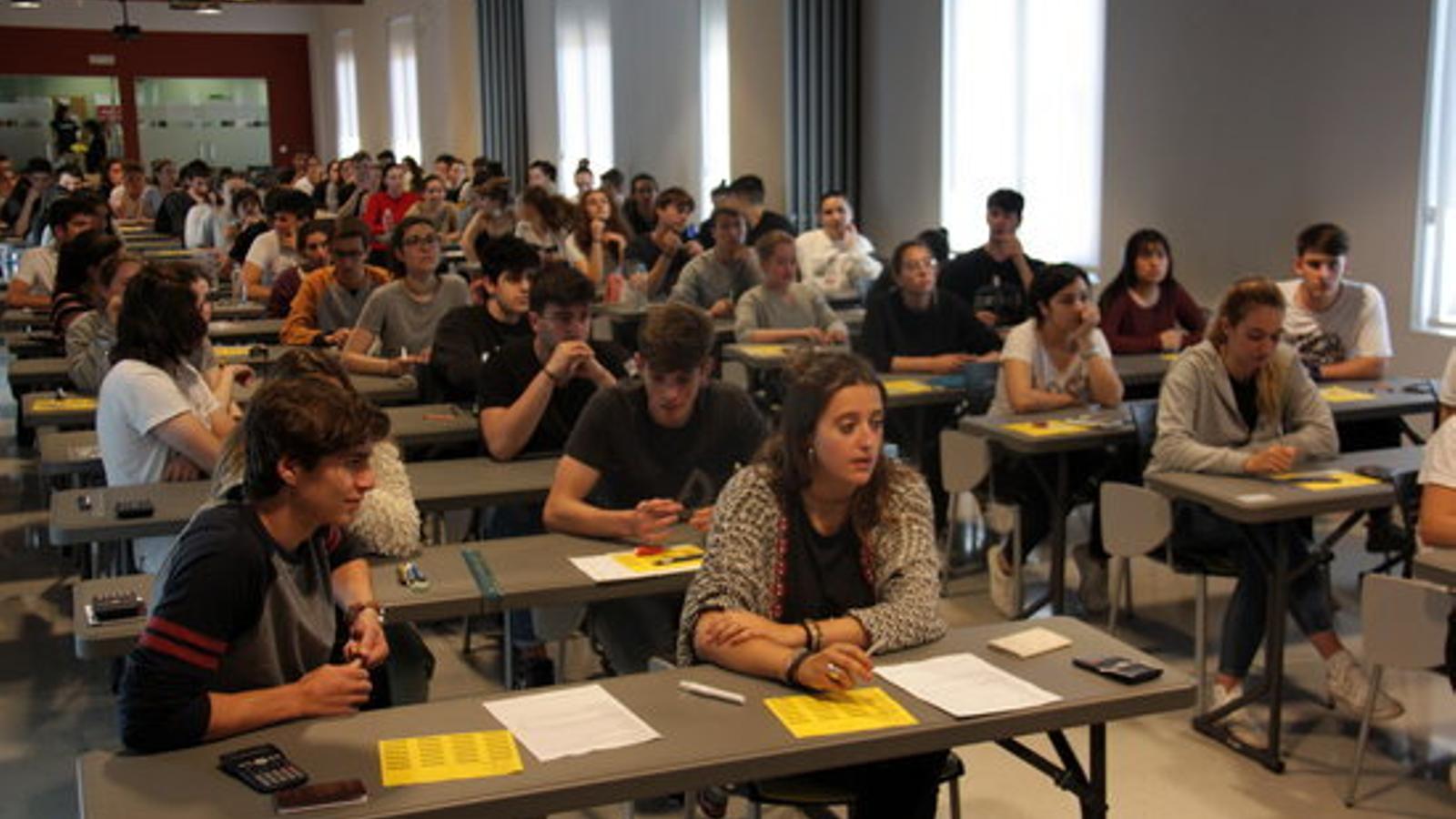 Alumnes pirinencs fent les PAU a la Seu d'Urgell. / ACN