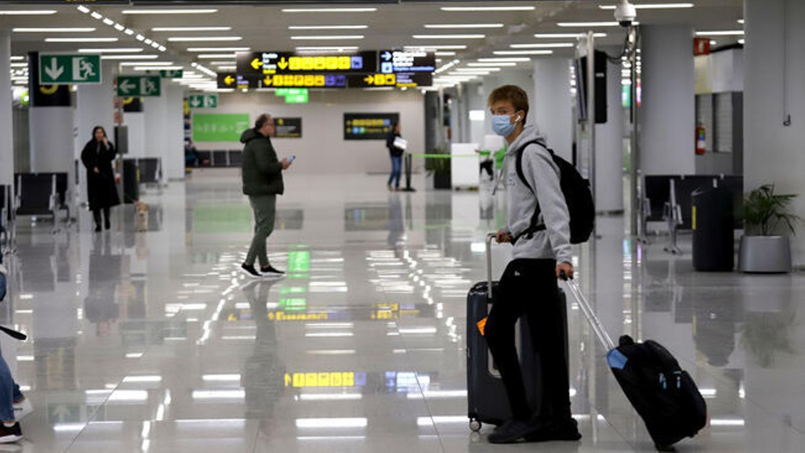 Un passatger arriba a l'aeroport de Son Sant Joan