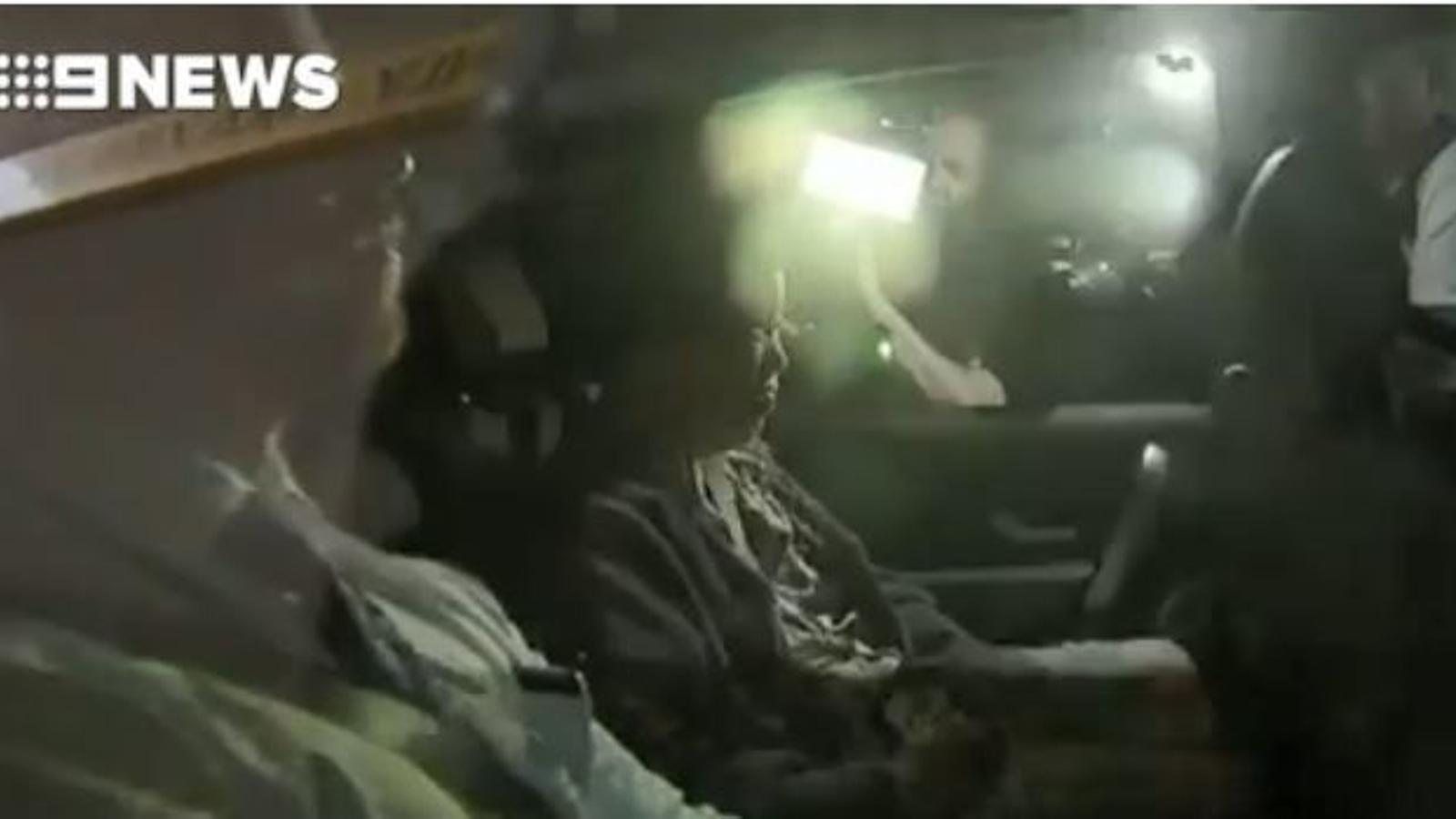 La dona detinguda surt del tribunal en un cotxe policial