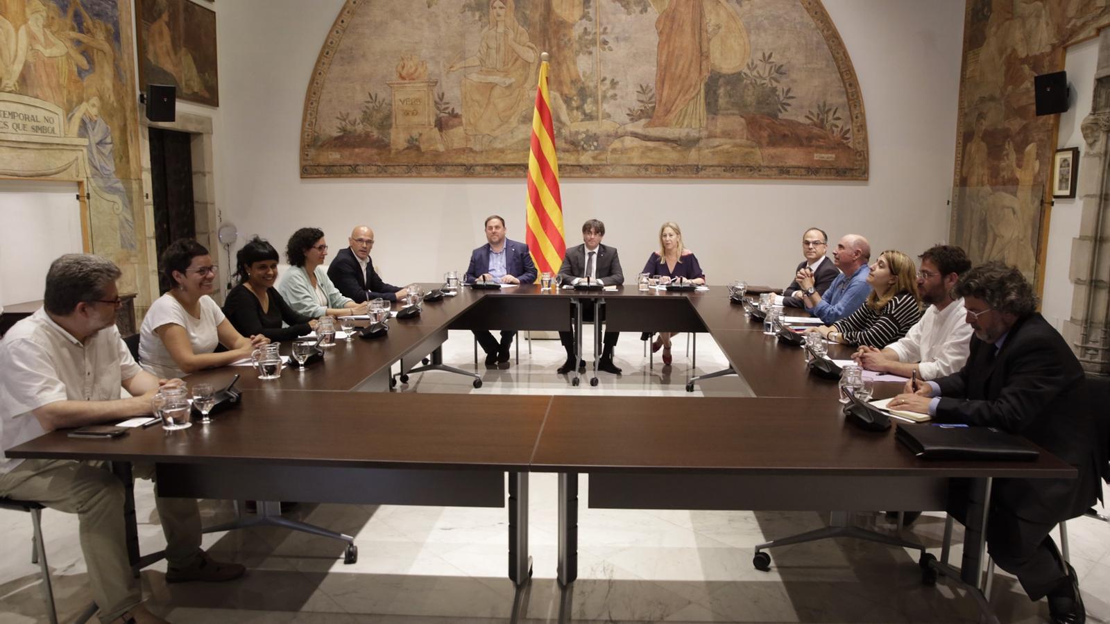 En marxa la cimera de partits al Palau de la Generalitat per abordar el referèndum unilateral
