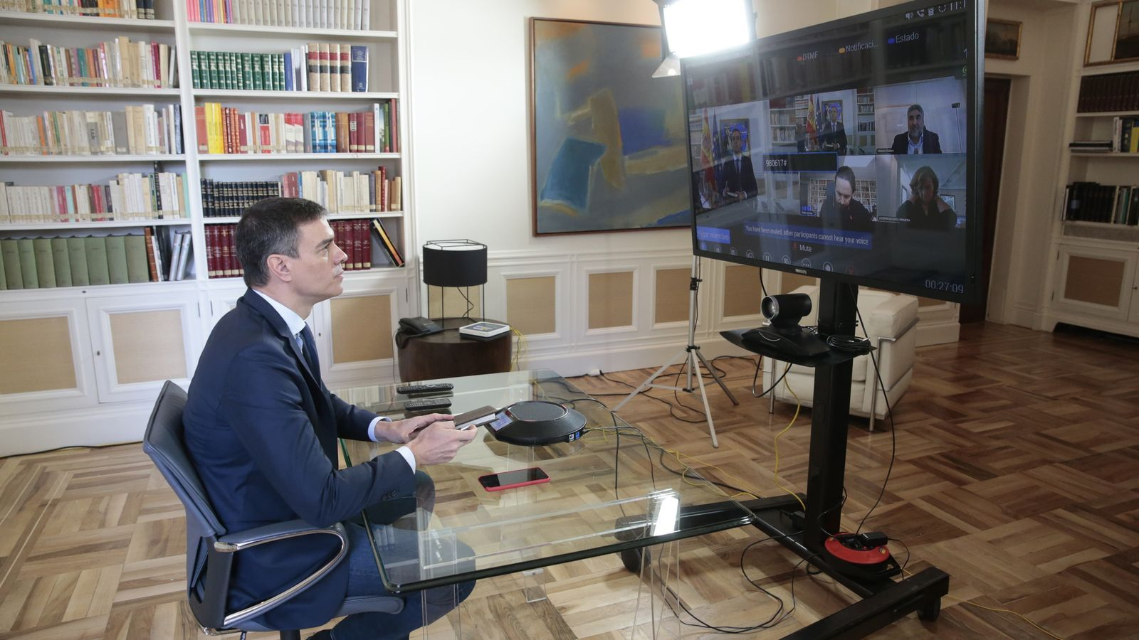 El president del govern espanyol, Pedro Sánchez, fent una reunió per videoconferència des de la Moncloa.