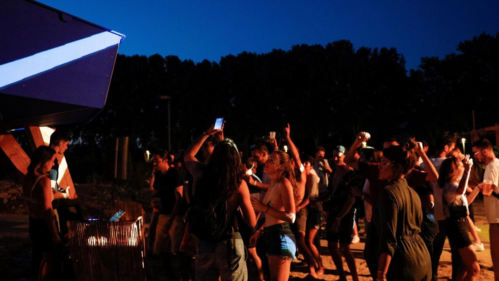 La gent balla i gaudeix d'una festa a l'aire lliure a Saint-Denis el passat 1 d'agost