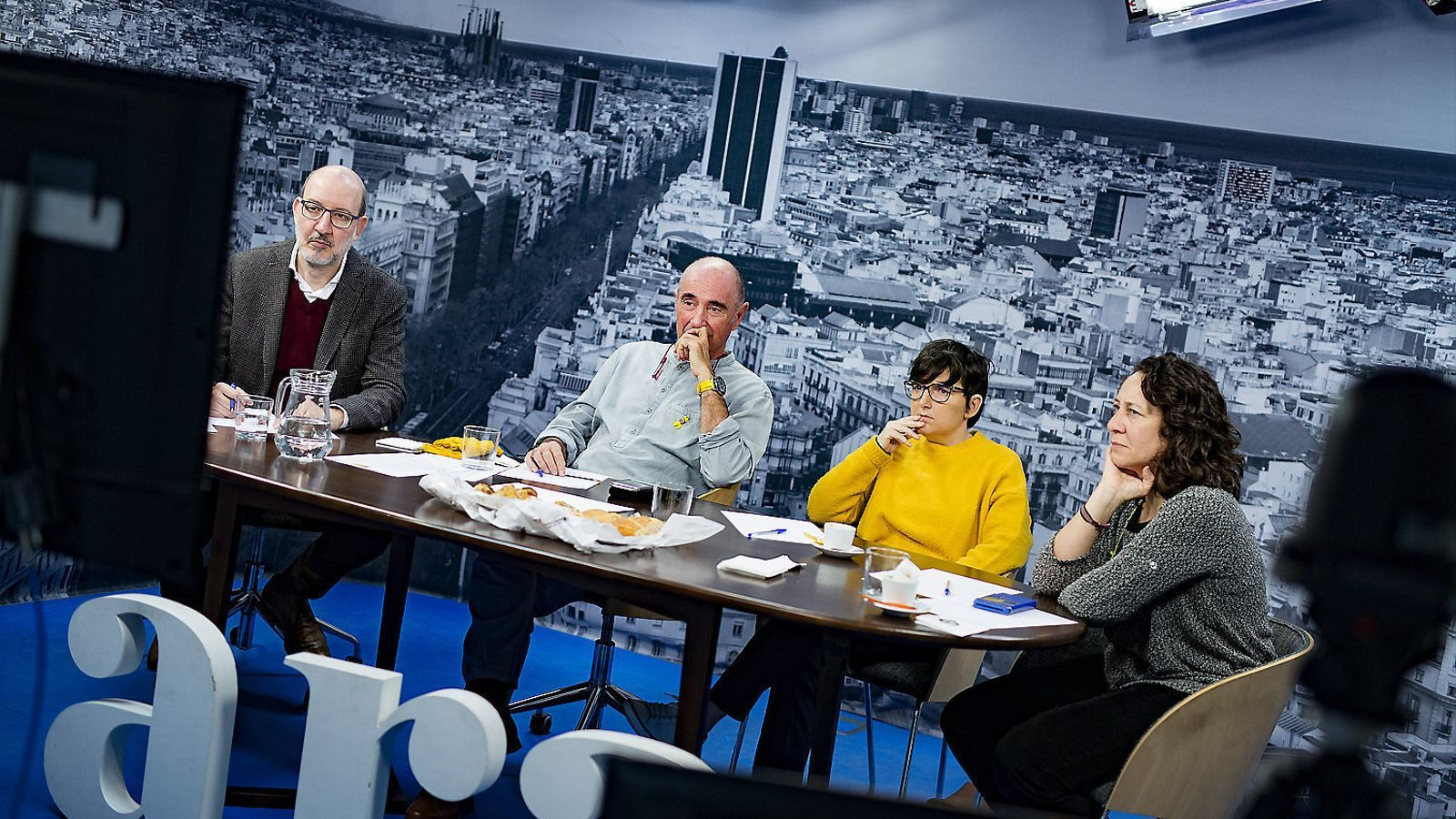 El periodista Antoni Bassas comenta la transmissió en directe del judici de l'1-O amb el cantautor i exdiputat de Junts pel Sí Lluís Llach i dues subscriptores de l'ARA.