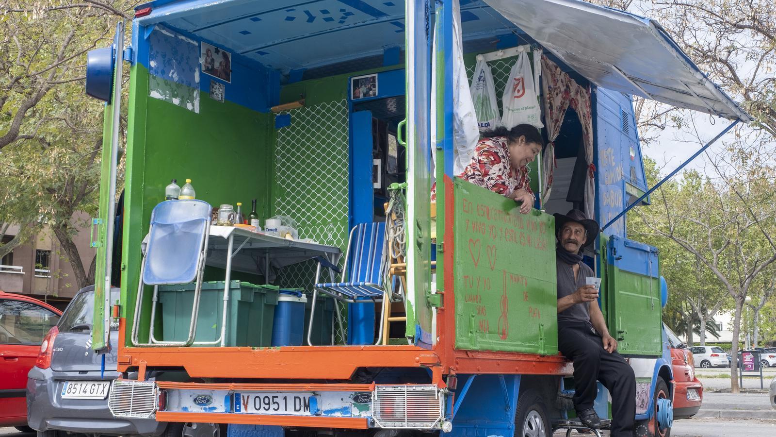 Una parella de gitanos viuen en una camioneta al costat de l'Hospital de Viladecans