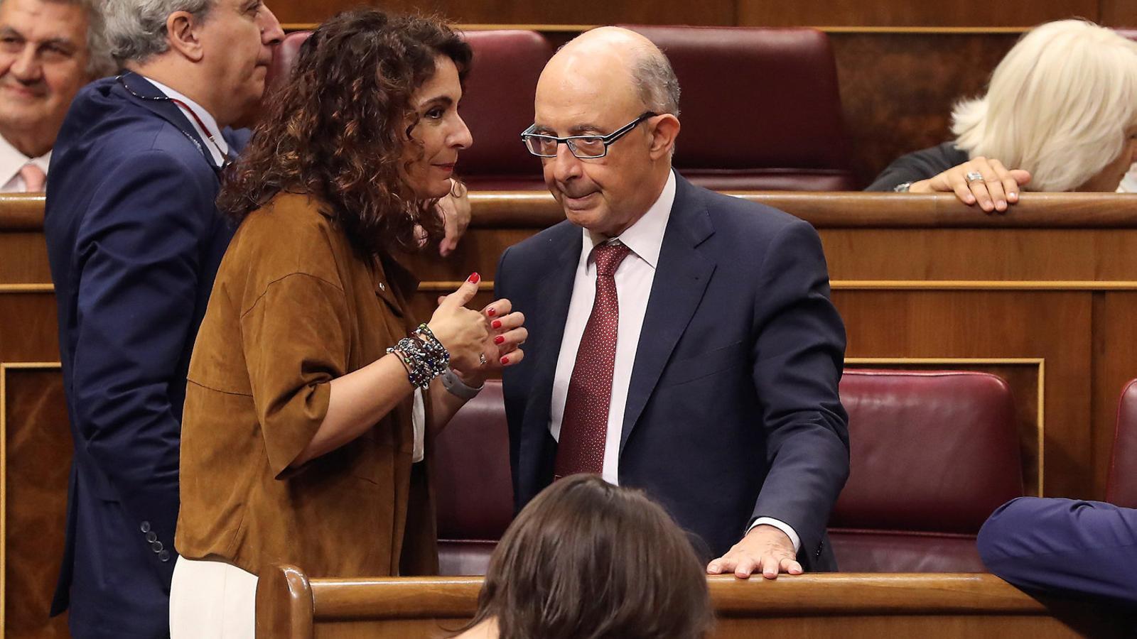 La ministra d'Hisenda, María Jesús Montero, amb el seu predecessor, Cristóbal Montoro, durant el debat  a finals del juny passat dels pressupostos al Congrés.