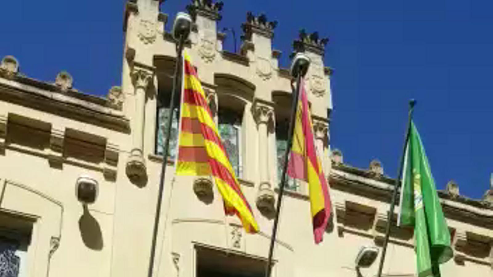 L'Ajuntament de Canet de Mar despenja la bandera espanyola