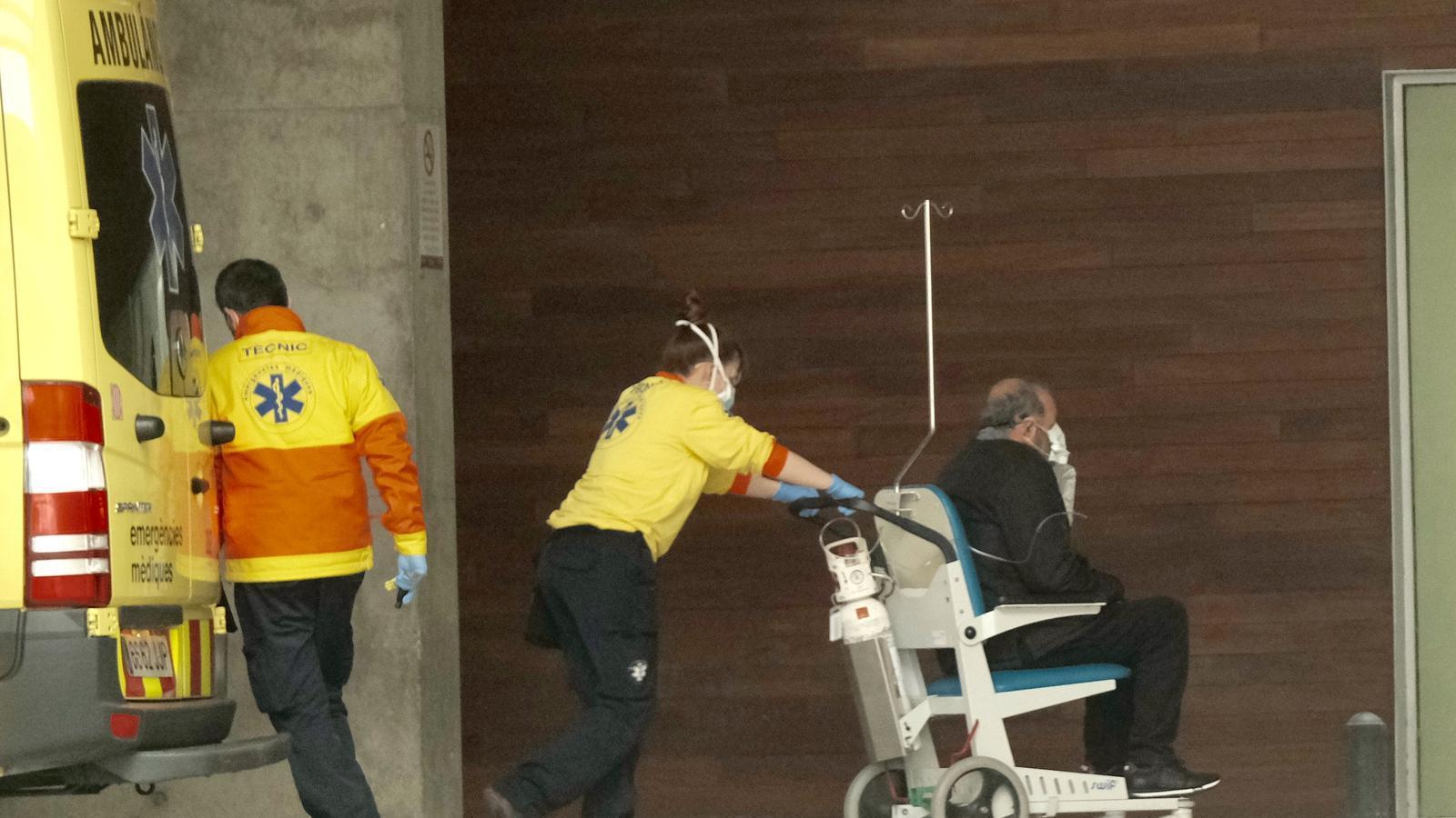 Un malalt de covid-19 és traslladat  a urgències de l'Hospital de Bellvitge.