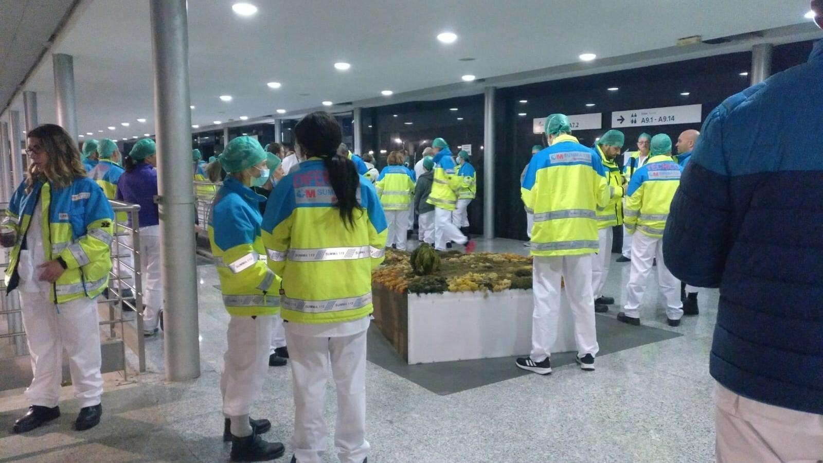 Imatge cedida a Europa Press de professionals sanitaris sense la distància de seguretat a l'hospital provisional d'Ifema durant la jornada del diumenge, en què es van registrar crítiques per la manca de material i d'organització.