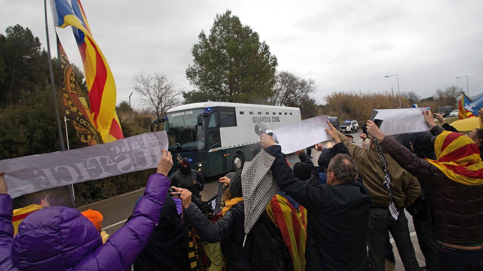 La Guàrdia Civil inicia el trasllat dels presos polítics cap a Madrid
