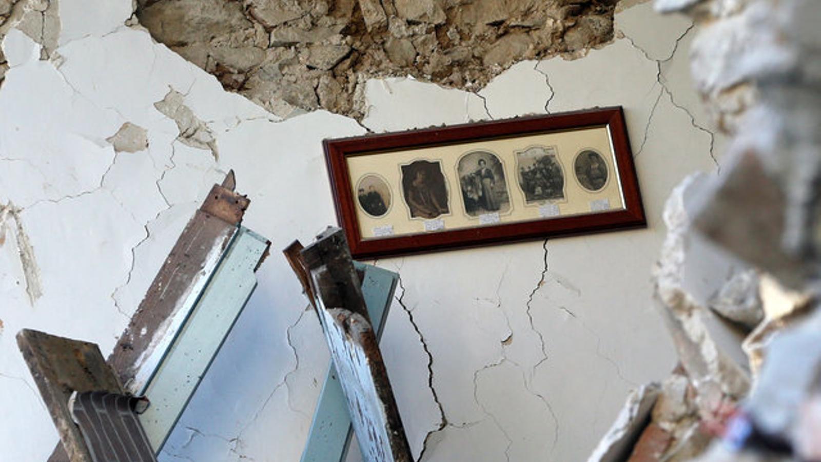 Fotografies familiars a l'interior derruït d'una casa que ha quedat destrossada pel terratrèmol, a Amatrice.