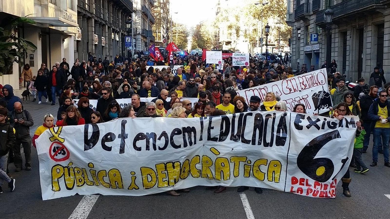 La manifestació a favor de l'escola pública ha recorregut Barcelona fins a la plaça Sant Jaume