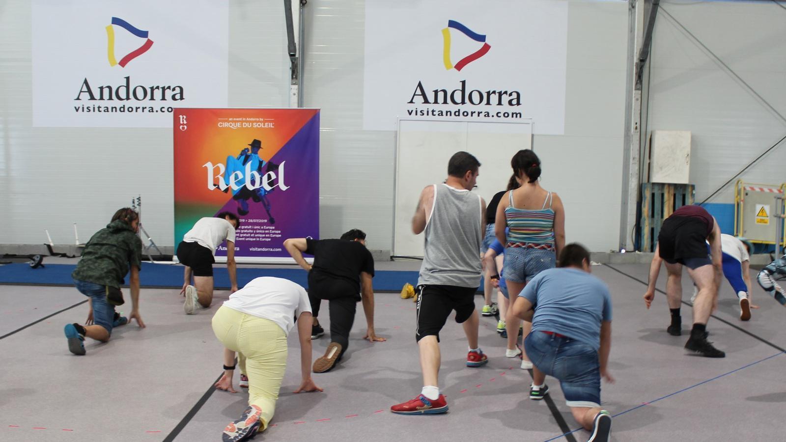 Estiraments en un dels tallers motrius organitzats per Fundació Privada Nostra Senyora de Meritxell i el Cirque du Soleil aquest dimecres. / ANDORRA TURISME (ANA)