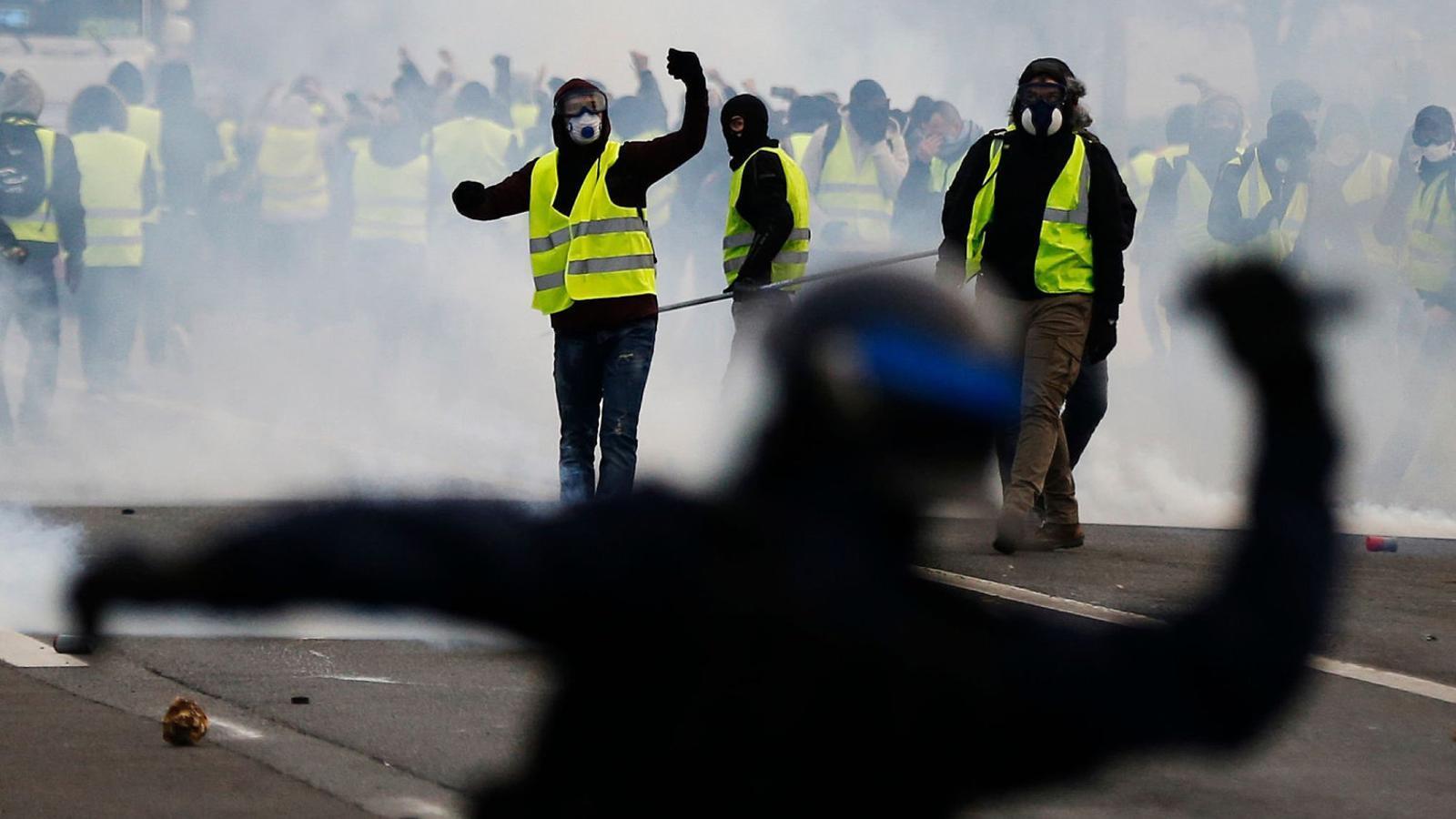 Macron, del tot desbordat pels 'armilles grogues'