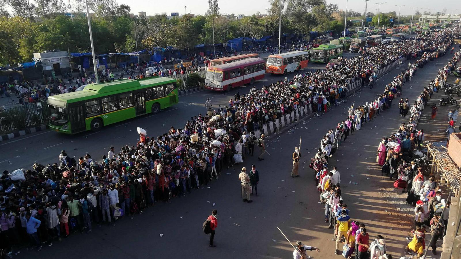 L'Índia fa complir el confinament a cop de porra