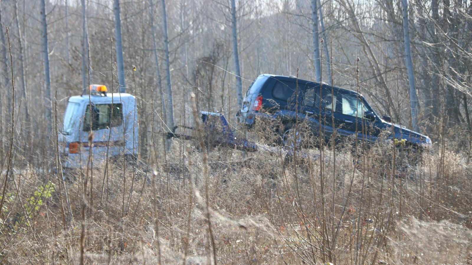 Una grua enduent-se el cotxe accidentat a Sils