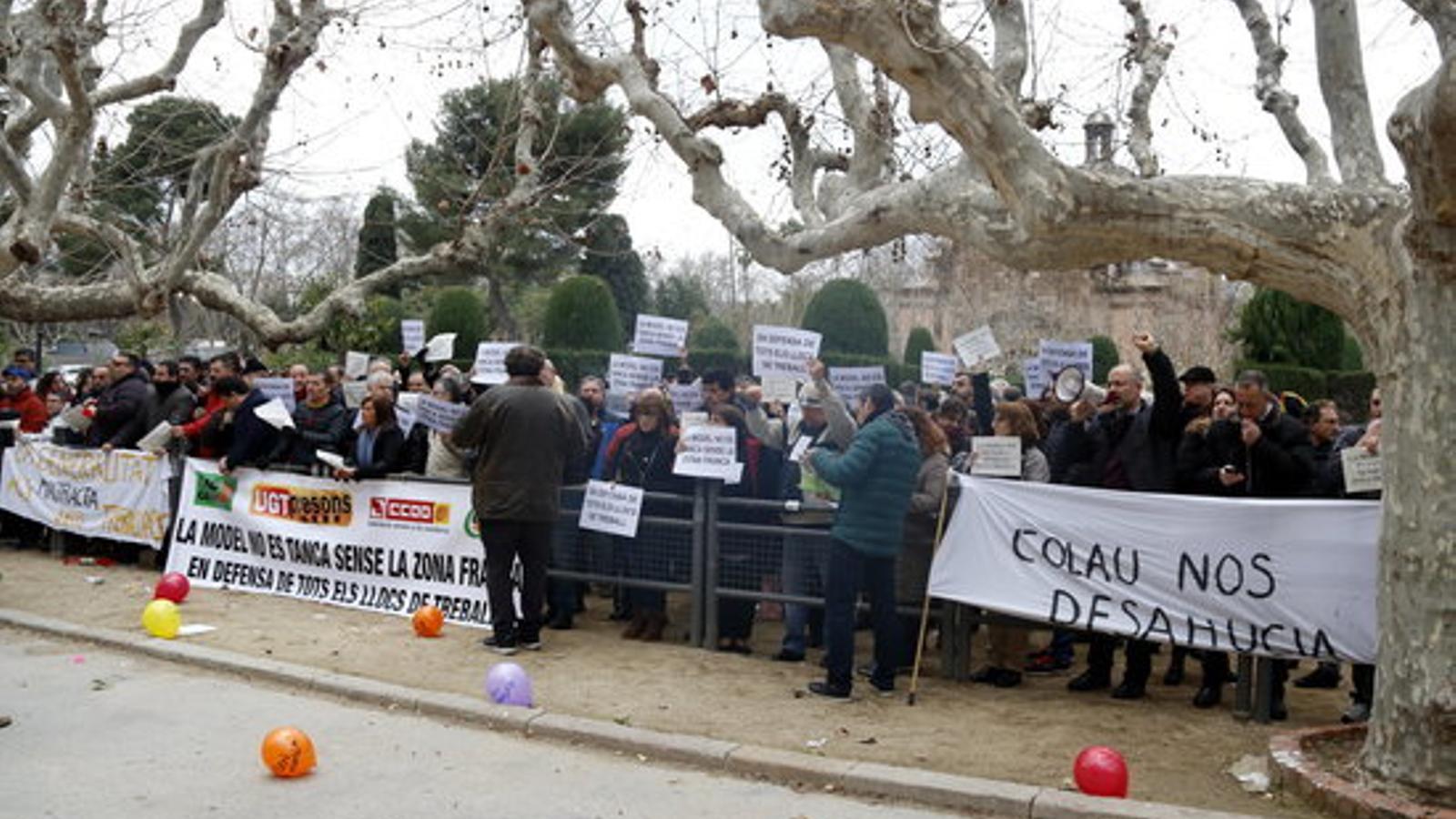 Uns 150 funcionaris de presons s'han concentrat aquest dimecres davant del Parlament / POL SOLÀ/ACN