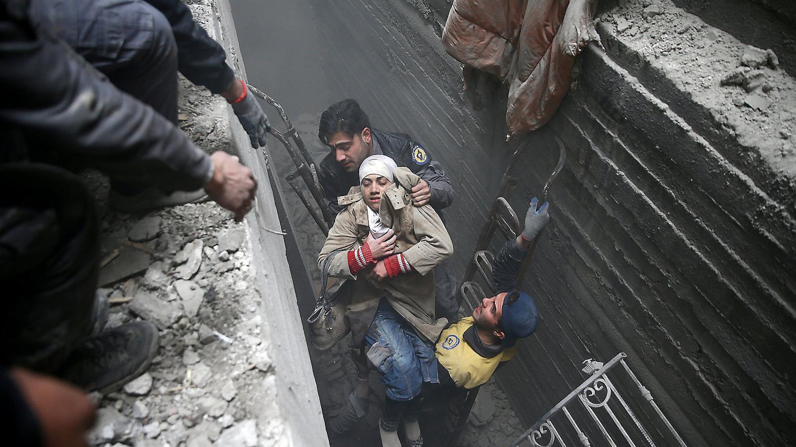 Salvament d'uns civils d'un refugi de la localitat de Duma, ciutat a la zona de Guta Oriental, a prop de Damasc, atacada pel règim sirià.