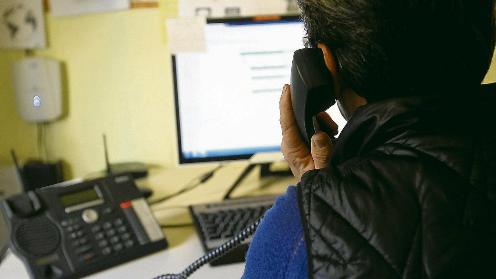 Una voluntària del Telèfon de l'Esperança atén una telefonada