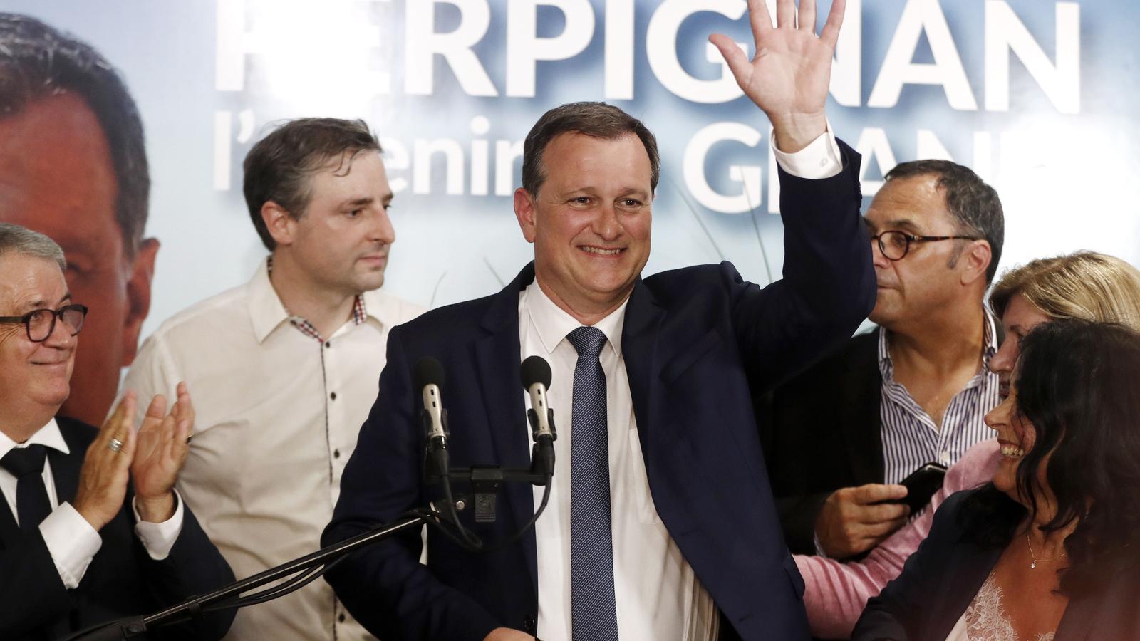 Aliot saludant els simpatitzants al confirmar-se la victòria a Perpinyà