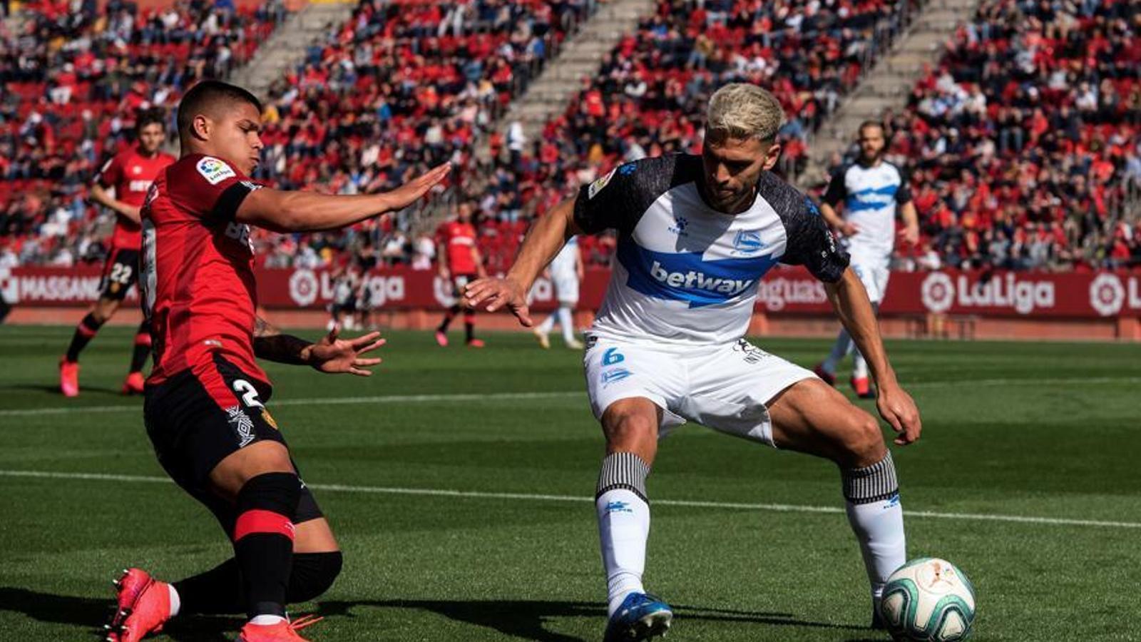El 'Cucho' Hernández disputa una pilota contra l'Alabés