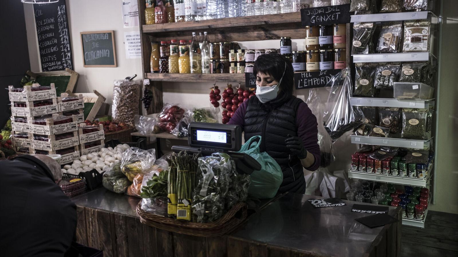 Una treballadora d'una botiga de Barcelona durant la crisis del Covid-19