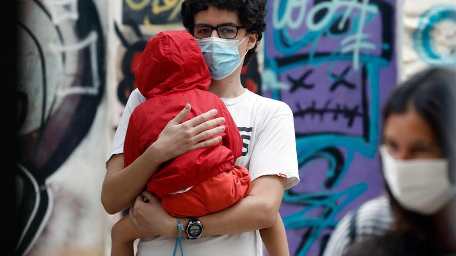 """Primer dia de classe per a 794.243 alumnes i 4.374 professors de 1.425 centres públics i 420 concertats de la Comunitat Valenciana en un """"excepcional"""" inici de curs, marcat per les mesures sanitàries que imposa la pandèmia de coronavirus i la incertesa del seu impacte i evolució.En la imatge, l'entrada al CEIP Santa Teresa de València.EFE/ Juan Carlos Cárdenas POOL"""