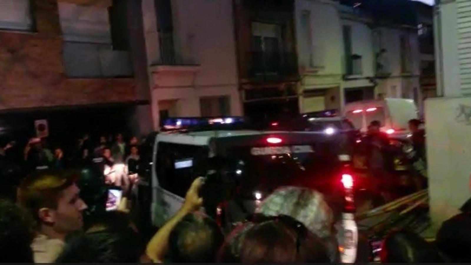 La Guàrdia Civil abandona la seu d'Unipost entre protestes