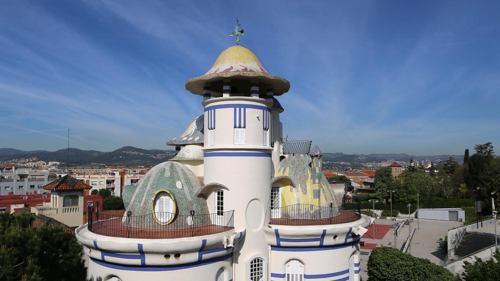 1. La Torre de la Creu. 2. La cúpula de la capella de la masia de Can Negre.