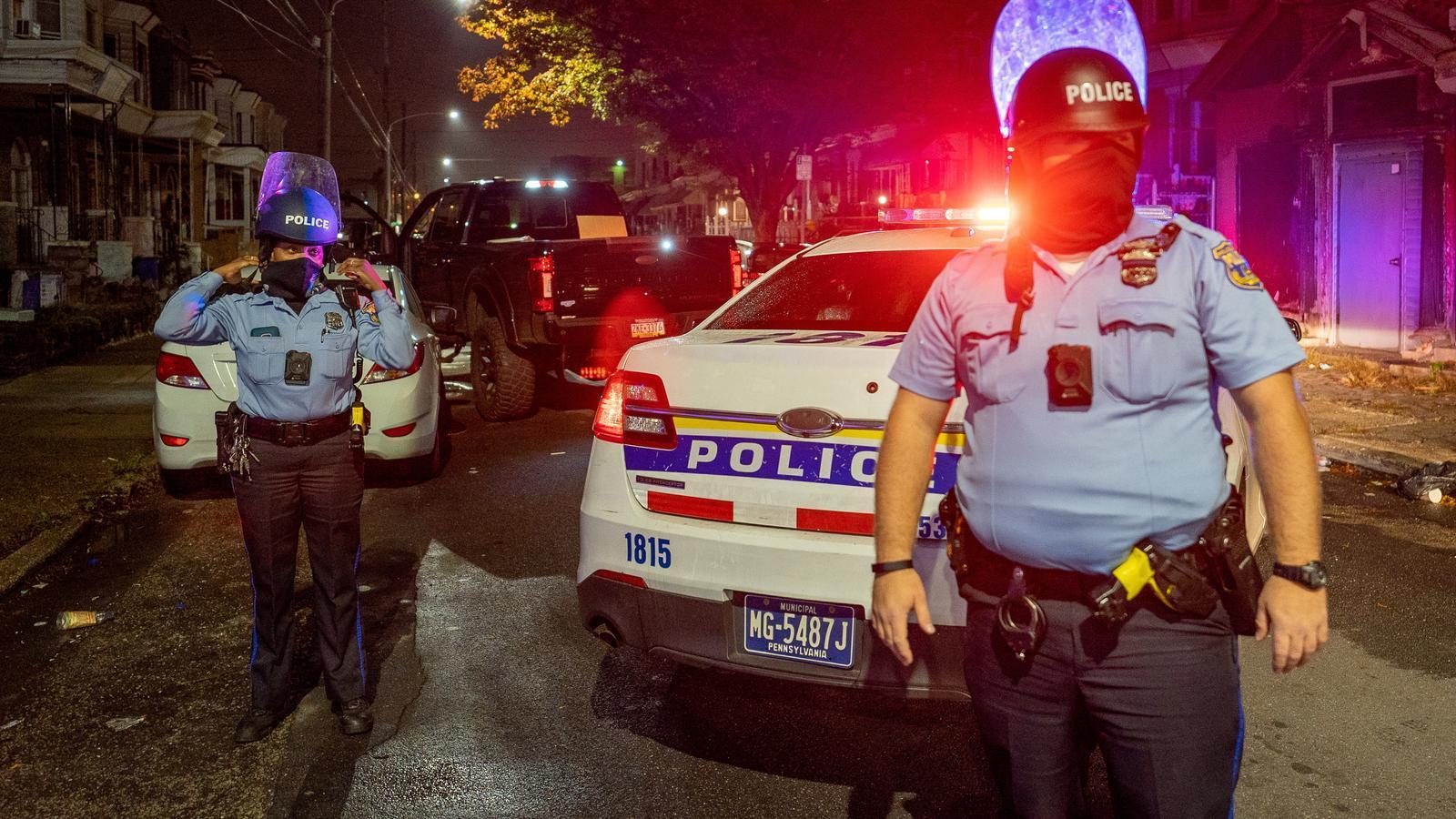 Dos policies als carrers de Filadèlfia durant els disturbis d'aquest dilluns a la nit