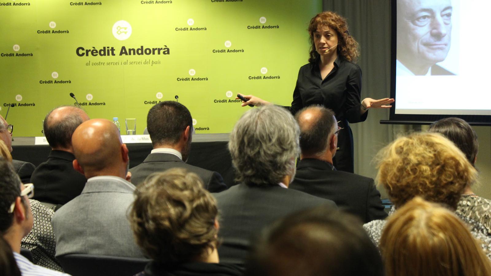 La ponent, Núria Mas, durant la xerrada