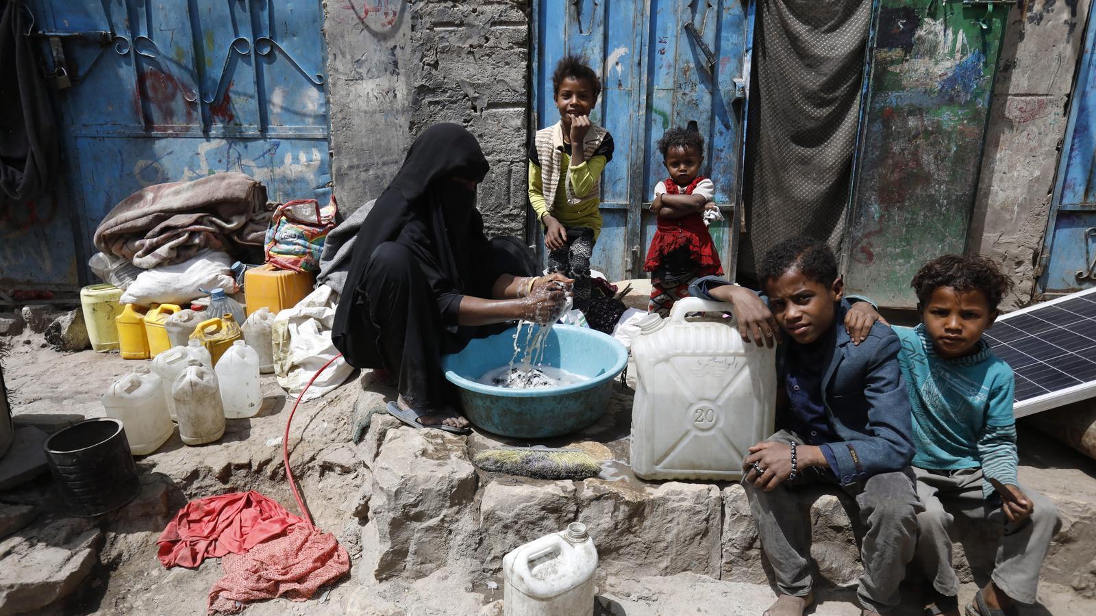Bombes, fam, epidèmies i desabastiment s'acarnissen al Iemen
