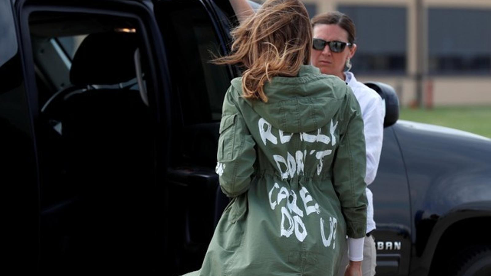"""Melania visita un alberg de nens immigrants amb una jaqueta que diu """"en realitat no m'importa"""""""