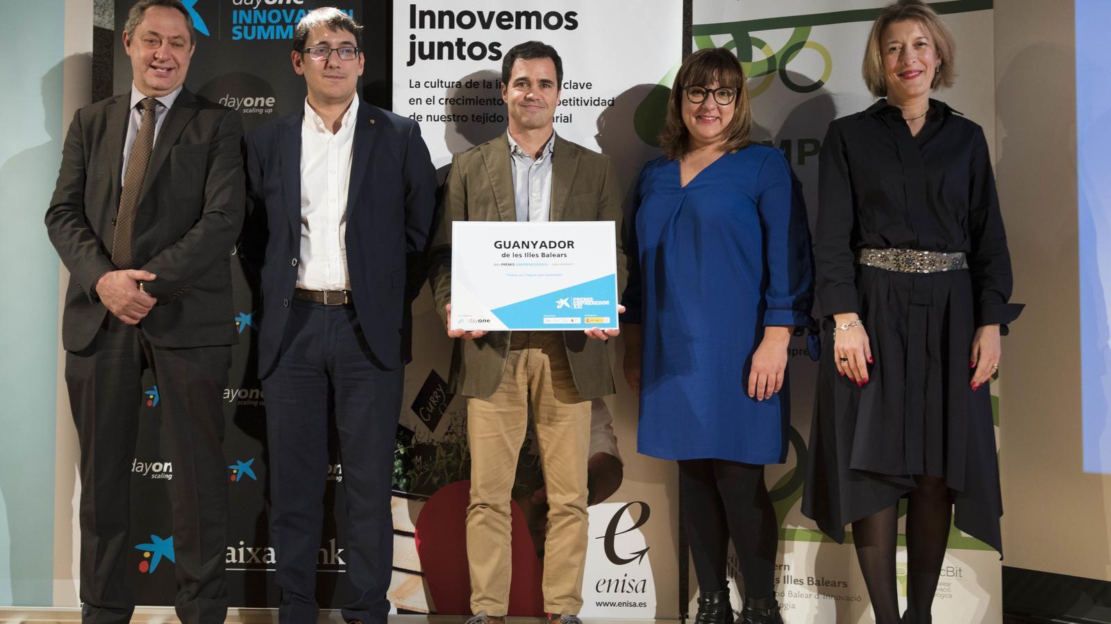 El guanyador del premi, entre Iago Negueruela i Bel Busquets.
