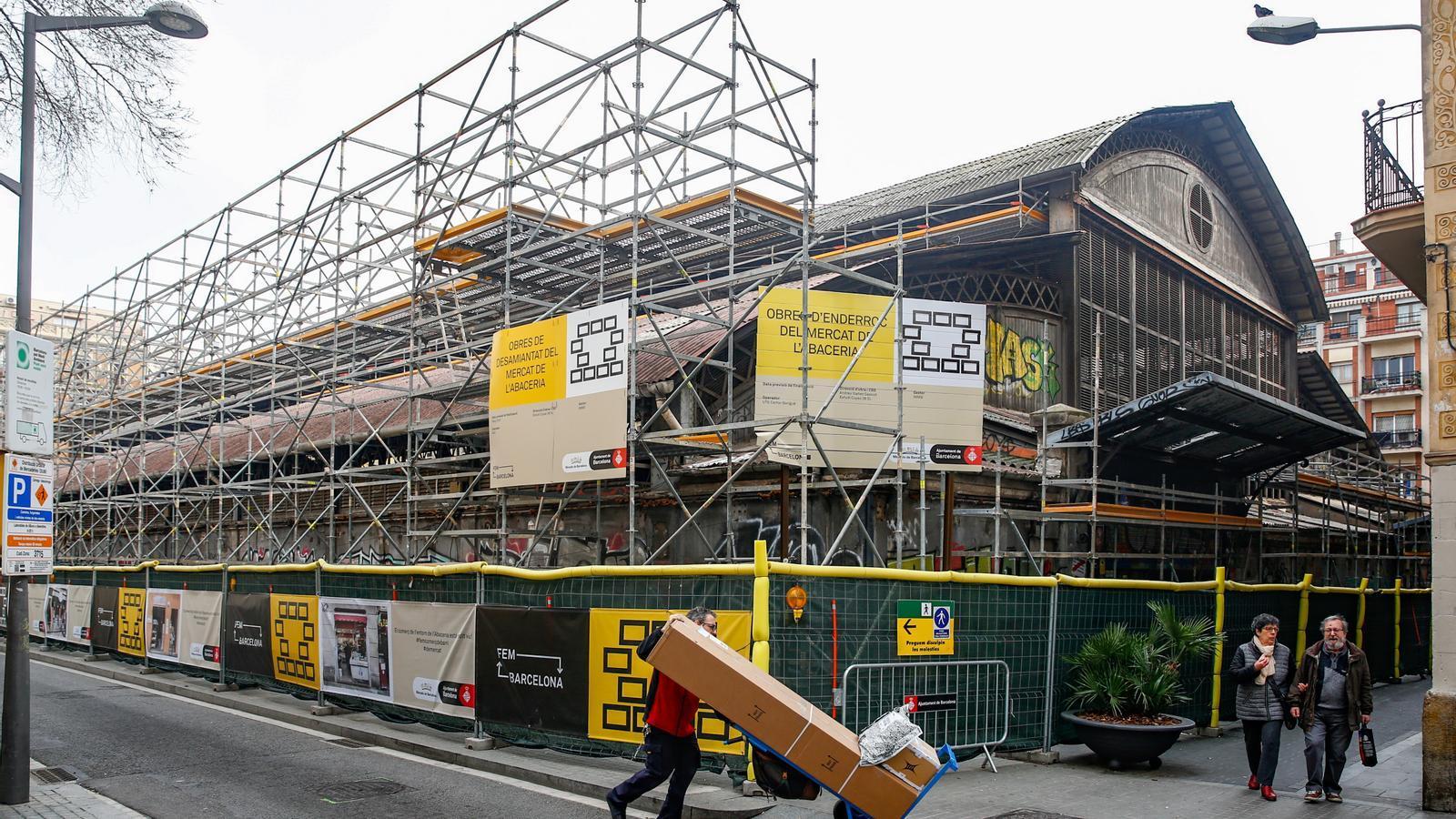 L'estructura instal·lada al Mercat de l'Abaceria per retirar la coberta de fibrociment