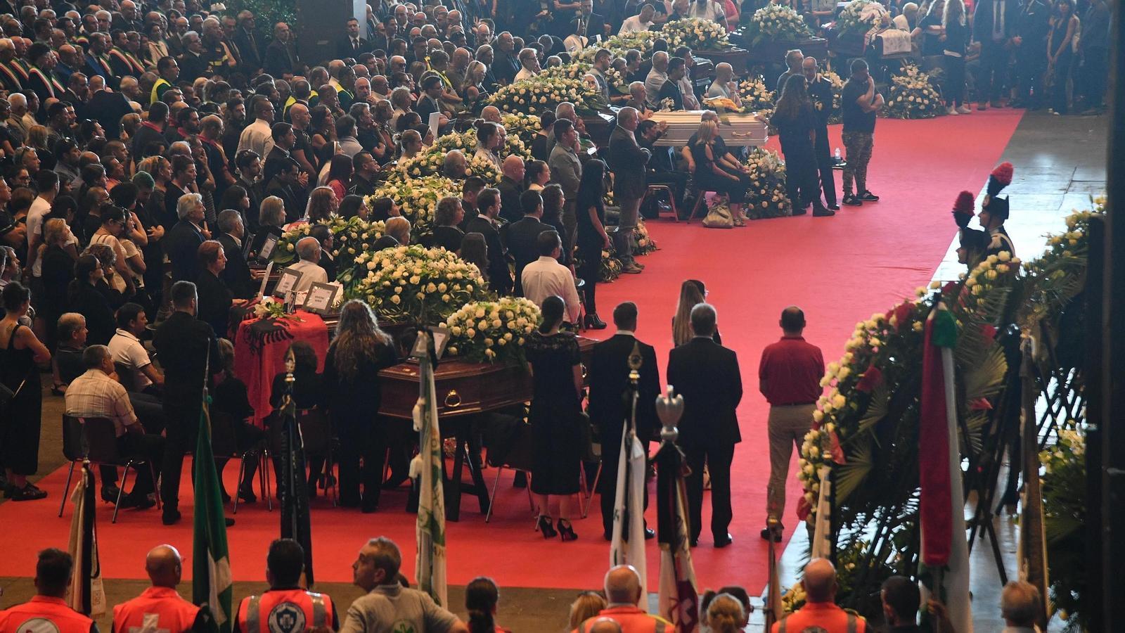 Vista general del funeral institucional per les víctimes de l'ensorrament de Gènova