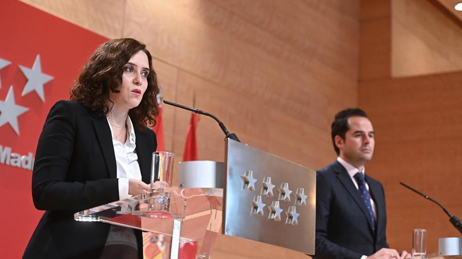 La presidenta de la comunitat de Madrid, Isabel Díaz Ayuso, i el vicepresident, Ignacio Aguado, en roda de premsa aquest dimecres.