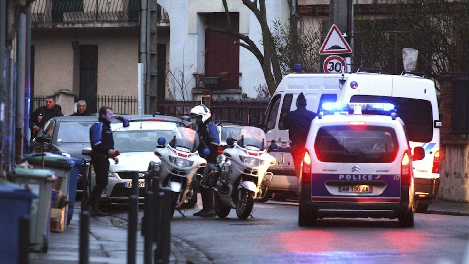 Els cossos d'elit de la policia encerclen el sospitós de l'assassinat de Tolosa de Llenguadoc