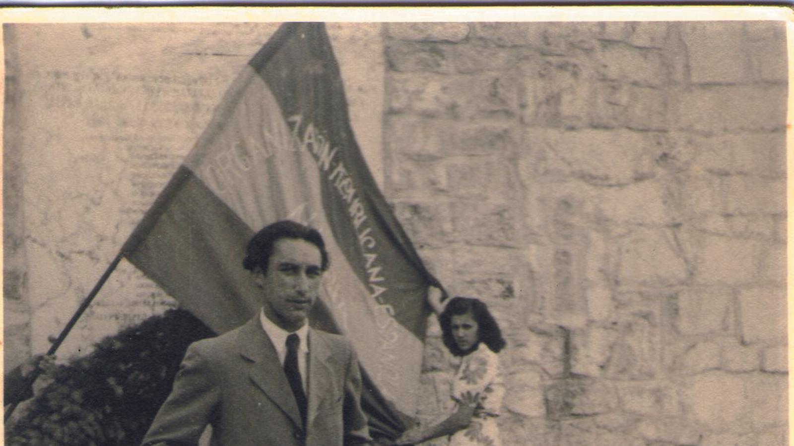 Orquín a Mauthausen, probablement el 1947, davant una bandera de l'Organització Republicana Espanyola d'Àustria / FAMÍLIA GRZONA-ORQUÍN