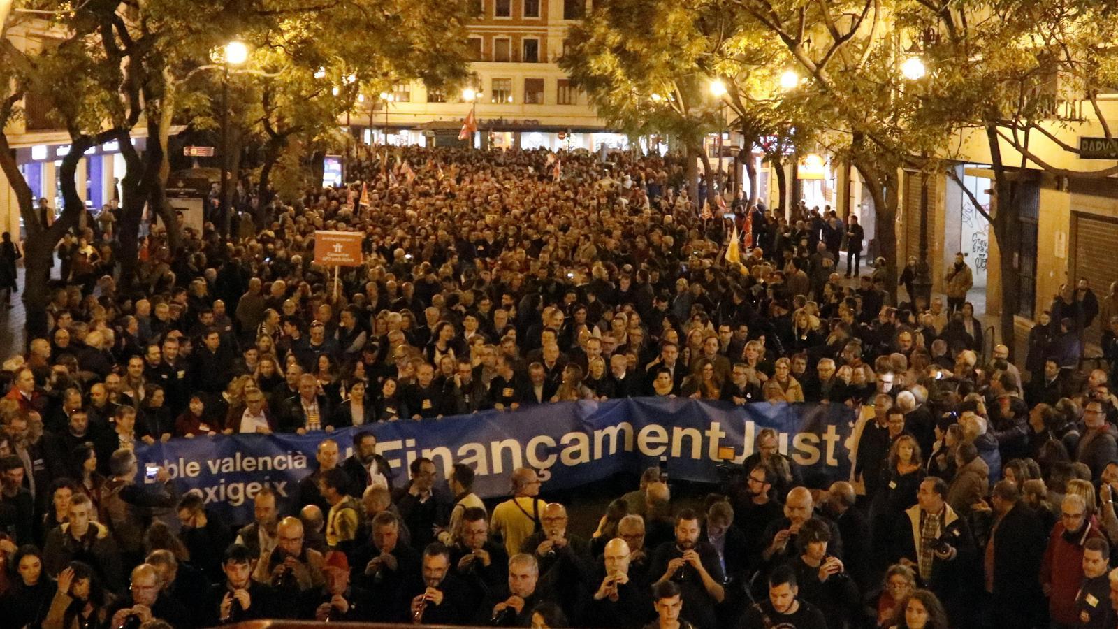 """Massiva participació a la manifestació per un finançament """"just"""" per als valencians."""