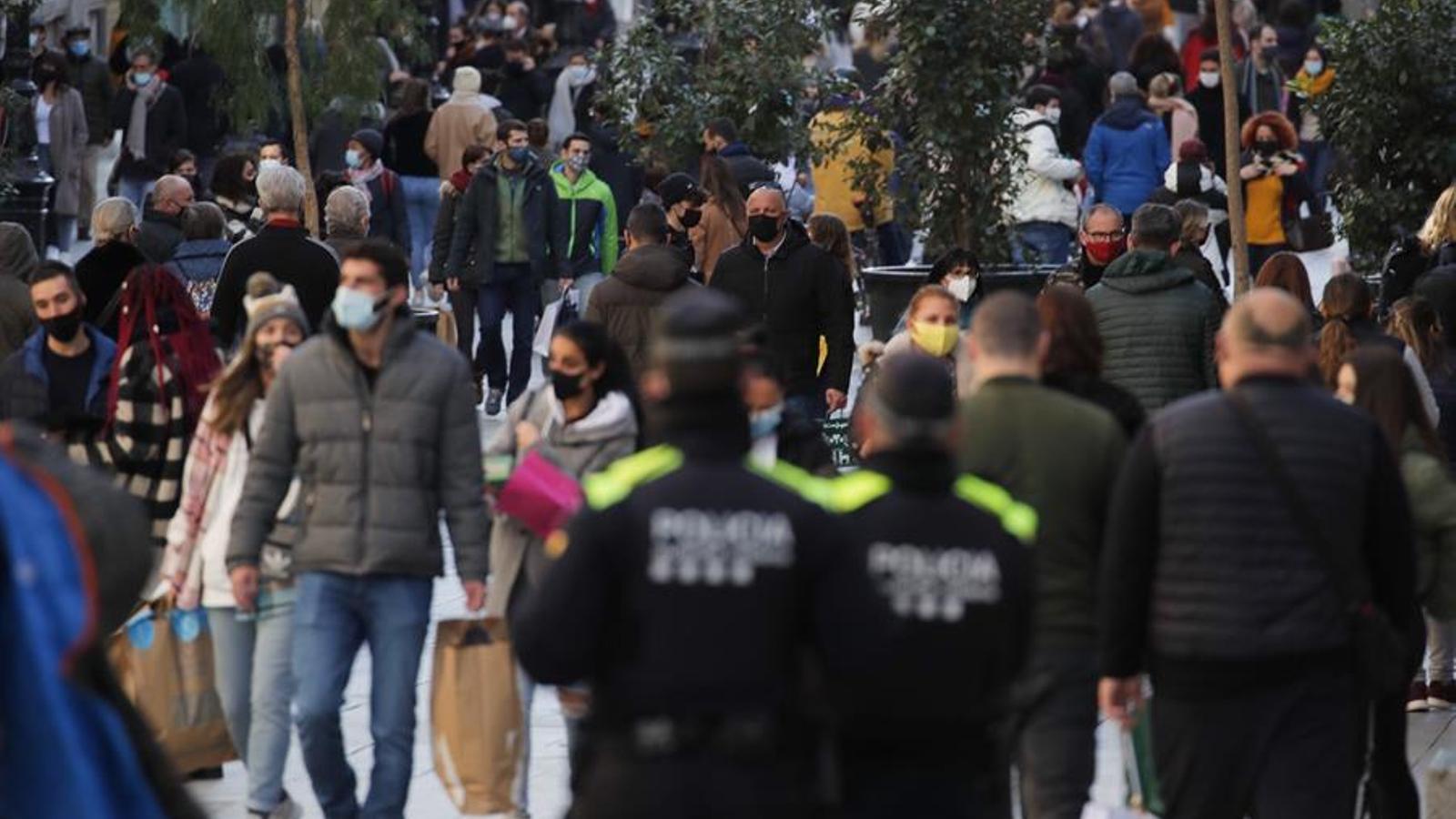 Dos agents de la Guàrdia Urbana de Barcelona patrullen pel centre de la ciutat aquest dijous, últim dia del 2020