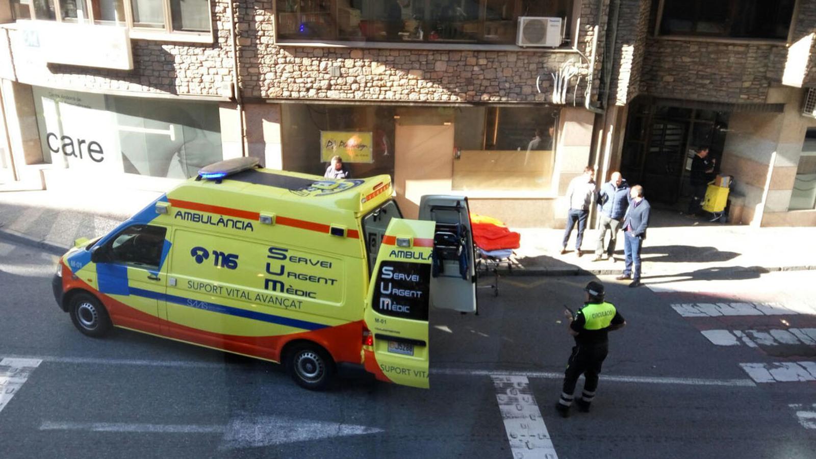 L'ambulància que ha traslladat el ferit / M.G.
