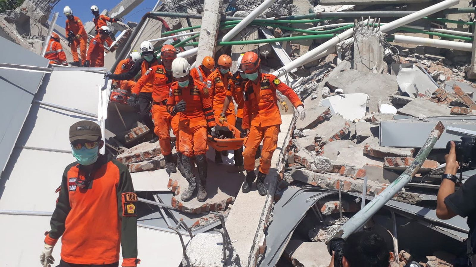 """Les autoritats indonèsies admeten que els morts poden ser """"milers"""""""
