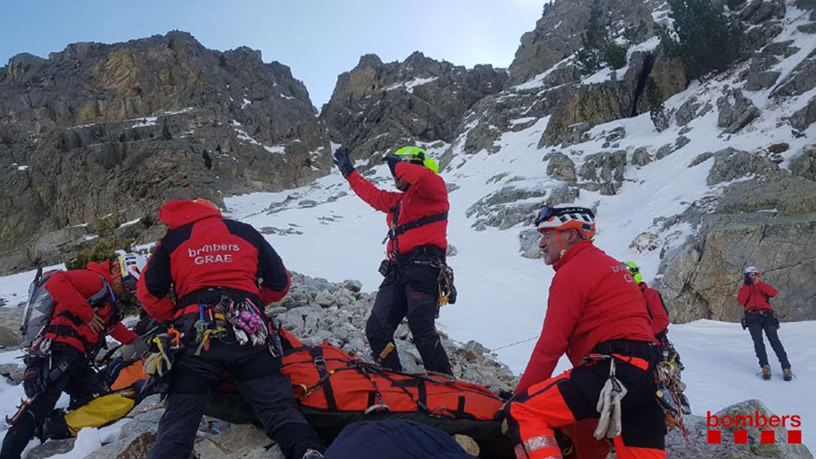 Un grup de bombers GRAE participant en el rescat de cinc excursionistes accidentats a la Canal Amagada, al Ripollès, aquest dissabte