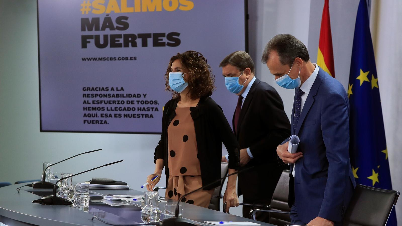 El ministre d'Agricultura, Luis Planas, la ministra portaveu i d'Hisenda, María Jesús Montero, i el ministre de Ciència, Pedro Duque, durant la roda de premsa posterior al consell de ministres.