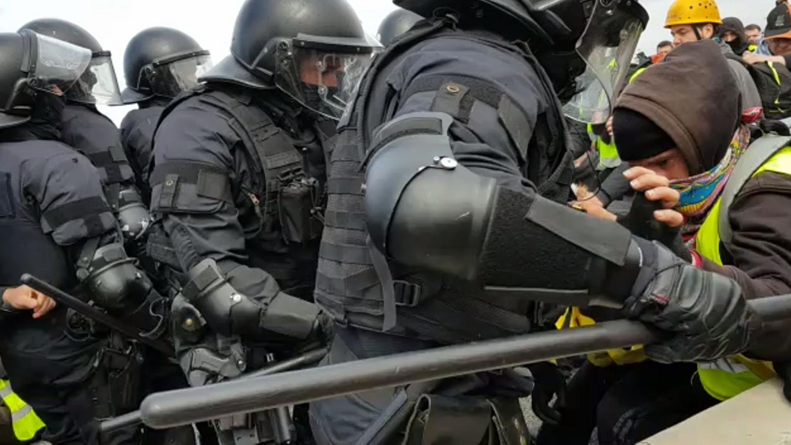 Els Mossos desallotgen els manifestants que tallen l'AP-7