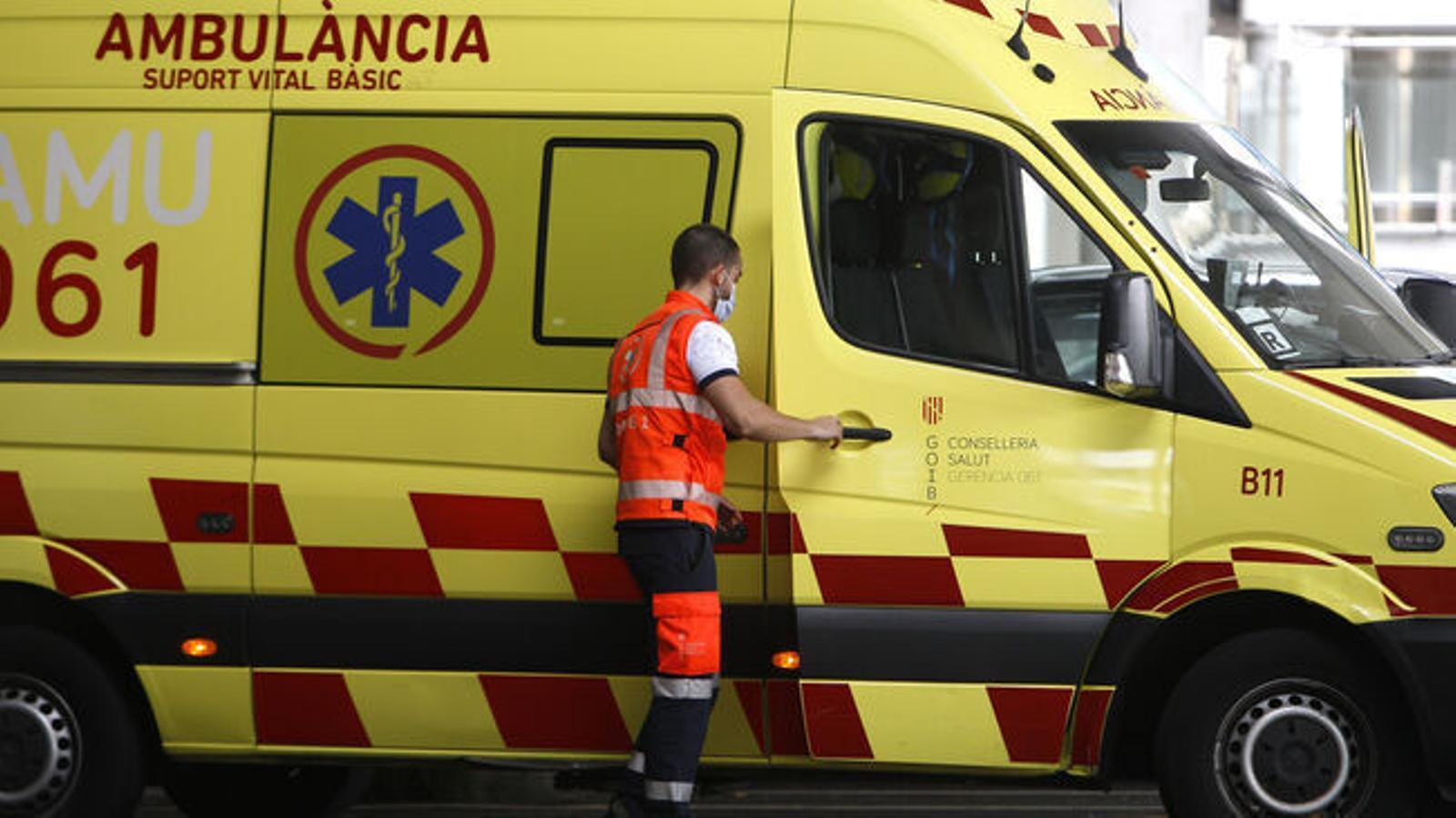Ambulància del 061 a les portes de Son Espases. / ISAAC BUJ