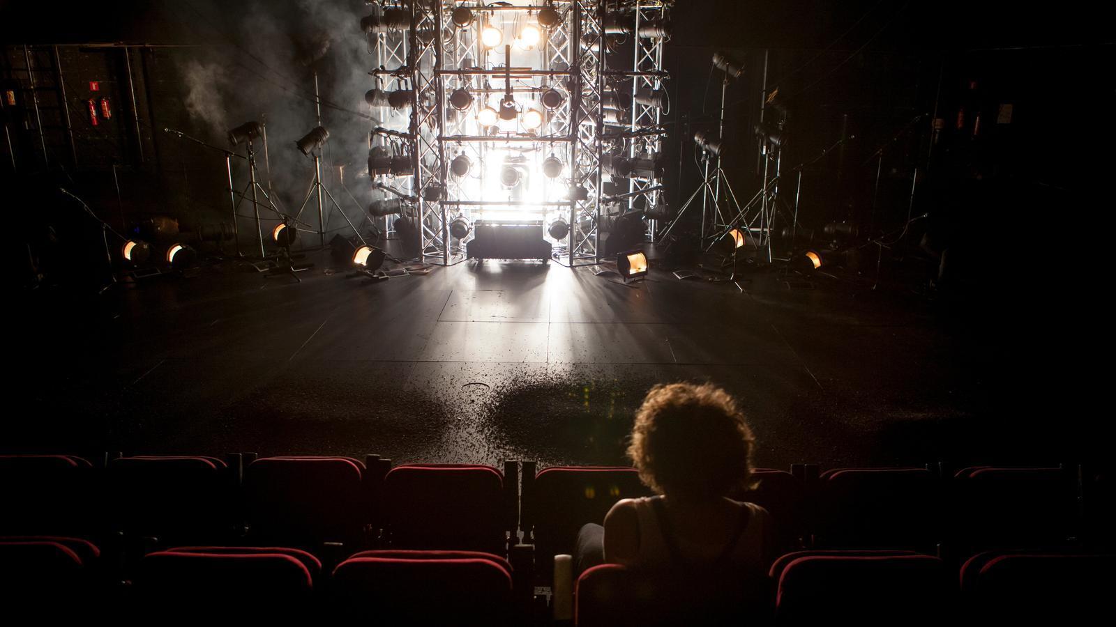 Un fong gegant batega al Teatre Nacional