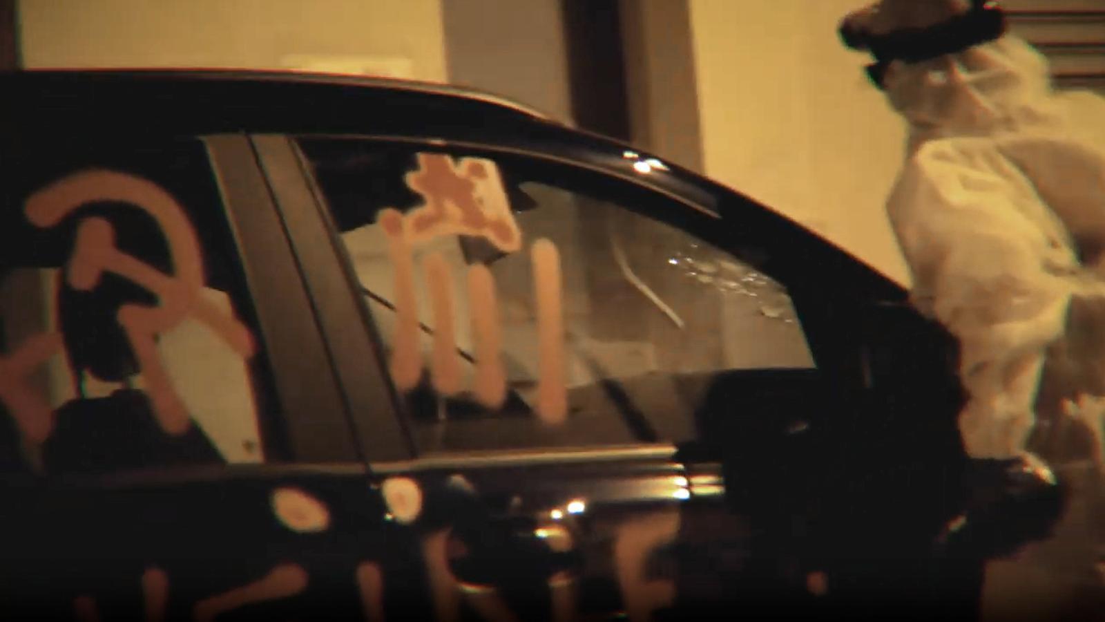 Captura de pantalla del vídeo en què membres d'Arran desotrossen dos cotxes a Palma